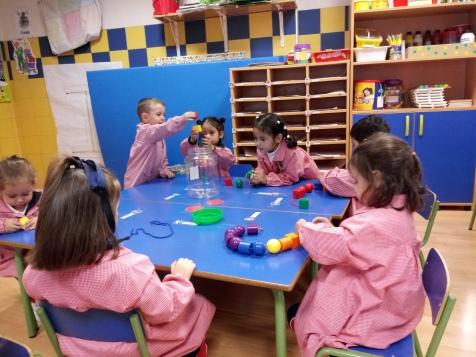 1º de Infantil aprendemos a encajar objetos
